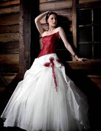 brautkleider rot weiãÿ brautkleid in rot bedeutung der farbe und tipps für mutige bräute