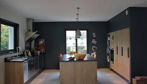 mur noir cuisine cuisine contemporaine peinture mur gris foncé cuisine en chêne et
