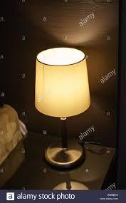 Schlafzimmer Lampe Nachttisch Lampe Auf Dem Nachttisch Im Schlafzimmer Neben Dem Bett Stockfoto