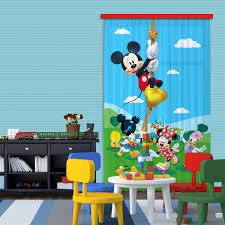 chambre mickey bébé une chambre d enfant charmante avec des rideaux ã motif mickey bébé