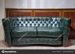 canap cuir vert canapé cuir vert mur avec décoration bois photographie