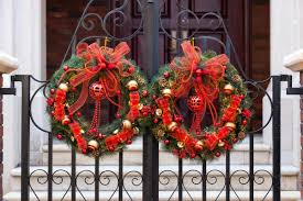 Outdoor Christmas Wreaths by Tips For Decorating Wreaths To Bring Out The Christmas Spirit