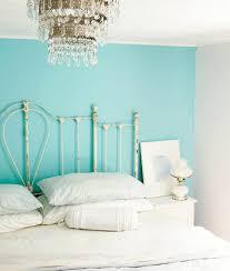 türkise wandgestaltung wandfarbe kronleuchter türkis wandgestaltung kopfteil schlafzimmer