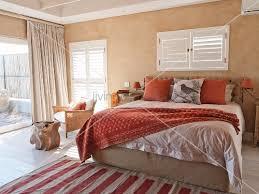 schlafzimmer mediterran mediterranes schlafzimmer mit doppelbett unter fenster mit