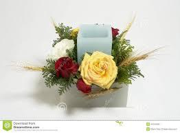 composition florale avec des roses arrangement floral de tableau avec la bougie et les roses photo