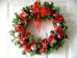 how to fix the christmas wreath on the door
