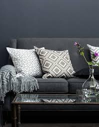 coussin décoratif pour canapé 65 idées déco pour accompagner un canapé gris décoration