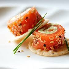 cuisiner saumon fumé recette petits roulés au saumon fumé et avocat 750g