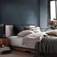 chambre palette déco chambre avec un lit en palette et chevets assortis