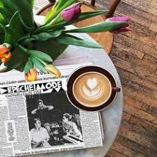 tag re poser sur bureau bonjour toi tiens un bon café pour toi ainsi que des fleurs a