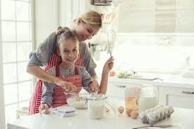 maman cuisine maman avec ses 9 ans fille sont la cuisson dans la cuisine pour la
