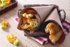 fiori di zucca fritti in pastella ricetta fiori di zucca in pastella la ricetta di giallozafferano