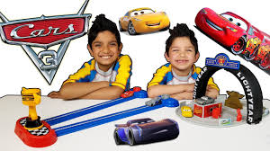 How To Play Red Light Green Light Disney Cars 3 Toys Red Light Green Light Game And Piston Cup Set