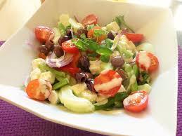 origan frais en cuisine salade grecque feta concombre oignon poivron tomates
