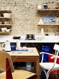 steinwand küche kleiner essbereich in einer küche vor weissgetünchter steinwand