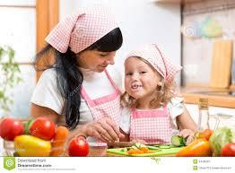 maman cuisine maman et sa fille préparant des légumes à la cuisine image stock