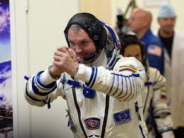 25set2014 o cosmonauta russo alexander samokutyayev acena familiares antes do lancamento do foguete soyuz tma 14m nesta sexta feira 16 horario local
