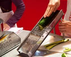 mandoline en cuisine la mandoline de cuisine un très bon outil pour découper les légumes