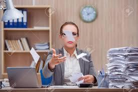 sous le bureau de la secretaire femme secrétaire stressant occupé sous stress au bureau banque d