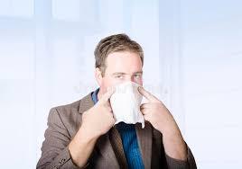sexe au bureau employé de bureau de sexe masculin malade avec le virus de froid