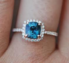 bague fianã ailles femme les 25 meilleures idées de la catégorie bagues en diamant bleu sur