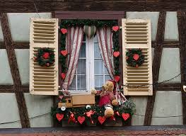 Window Sill Decorations For Christmas by Christmas Window Decoration Ideas And Displays
