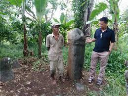 batu perkasa di tanah datar lambang kesuburan dan makam kuno