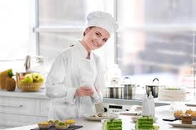 chef de cuisine femme chef de femme travaillant dans la cuisine photographie belchonock
