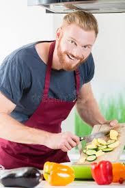 faire r馘uire en cuisine homme préparant la nourriture pour faire cuire dans la cuisine image