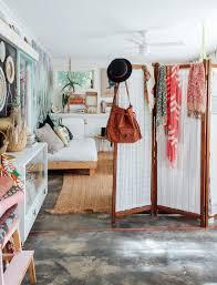 cachee dans la chambre aménager une chambre dans un salon idées de séparations côté maison