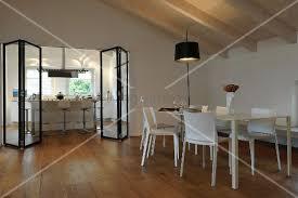 falttür küche esstisch mit blick durch eine moderne falttür in die küche bild