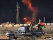 Forças pró-Khadafi retomam cidade a oeste de Trípoli, diz TV estatal