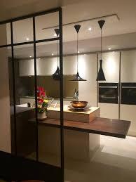 une cuisine très épurée où le noir des luminaires design beat lights