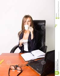 Schreibtisch Mit Computer Hübsche Frau In Einem Anzug Der An Einem Schreibtisch Mit