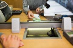 le bureau banquier travaillez comme employé avec l argent et le client d argent