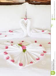 fleurs dans une chambre chambre à coucher d hôtel avec des fleurs disposées sur des