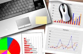 bureau des statistiques bureau avec un ordinateur portable et un ensemble de statistiques
