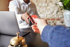 bureau d enregistrement l invité effectue le paiement de carte au bureau d enregistrement de