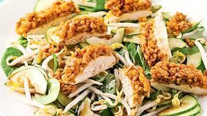 cuisine asiatique poulet poulet en croûte d arachides sur salade à l asiatique
