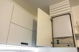 chauffe eau de cuisine chaudière à la maison de chauffe eau de gaz dans des meubles de