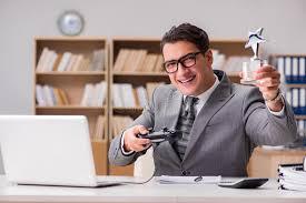 jeux de travail dans un bureau l homme d affaires jouant des jeux d ordinateur au bureau de travail