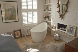 baignoire dans chambre salle de bain chambre à coucher rustique avec baignoire îlot la