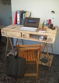 fabriquer un bureau en palette bureau fabriqué à partir d une palette et 2 tréteaux de tablemeuble
