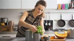 femme qui cuisine 10 trucs pour mieux cuisiner médium large ici radio canada