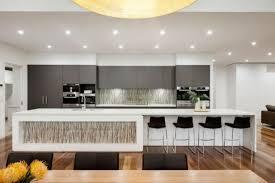 cuisine ouverte ilot central déco noir et blanc pour la salle à manger la cuisine et le salon