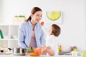 la cuisine de bebe mère de alimentation de bébé avec la cuisine de carotte à la maison