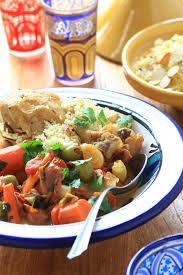 cuisiner avec un tajine en terre cuite tajine de poulet aux olives et semoule aux amandes recette facile