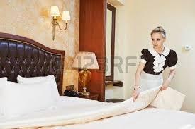 la femme de chambre service hôtel femelle travailleur de ménage de chambre à l