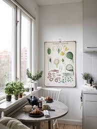 petit coin cuisine petit coin repas dans une cuisine à une grande fenêtre