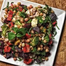 cuisiner des pois chiches recette de salade de pois chiches et légumes rôtis selon bob le chef